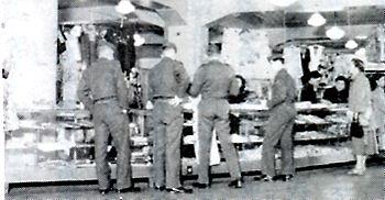 米軍兵で賑わうPX(購買部)